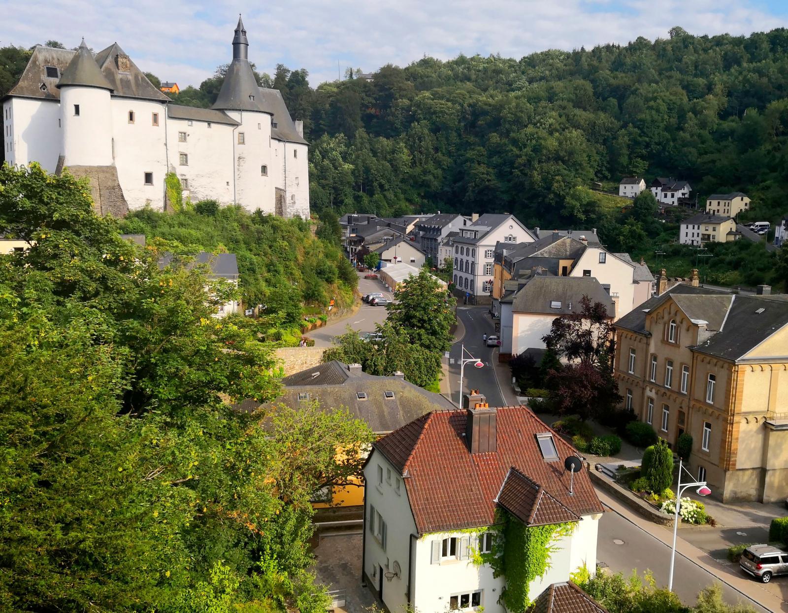 Efter tåget tillbaka till Clervaux besöker vi slottet i det vackra samhället innan vi återvänder till husbilen.