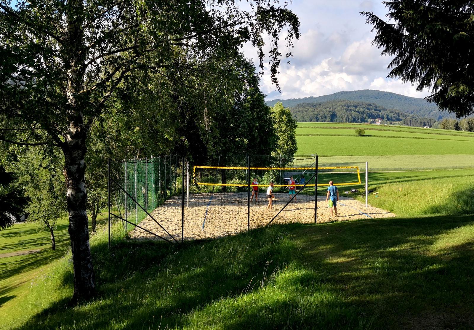 Campingen har en egen plan för beachvolleyboll. I direkt närhet finns också en golfbana.
