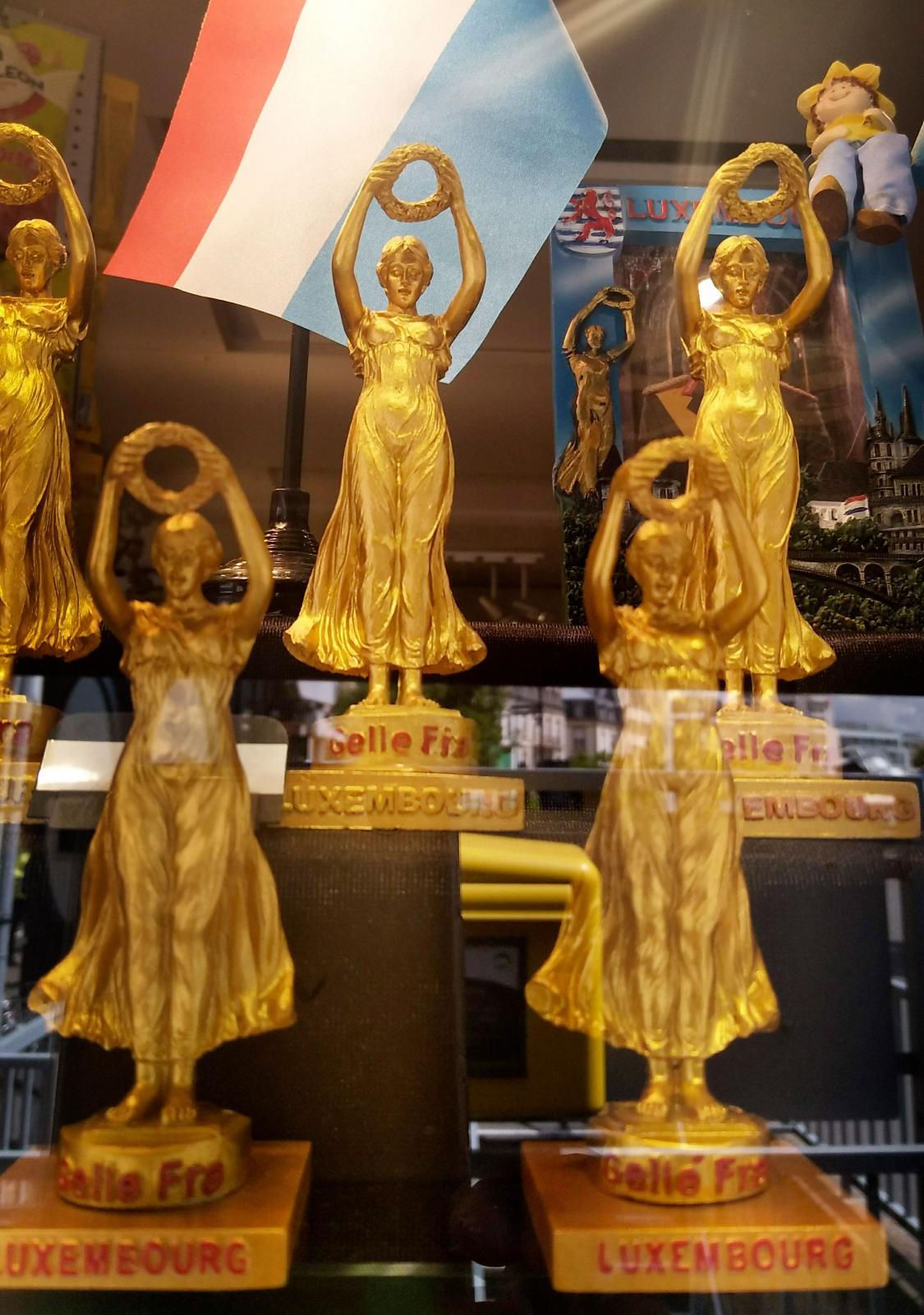 Souvenirbutiker finns i alla större städer och så förstås även i Luxemburg där du kan köpa kylskåpsmagneter, klistermärken och små statyetter.