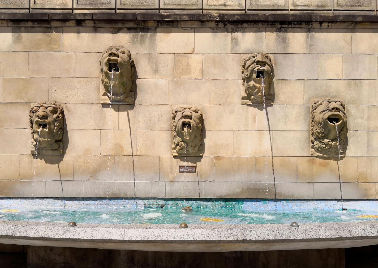 Underhållande skulptur vid Notre-Dame i Luxemburg.