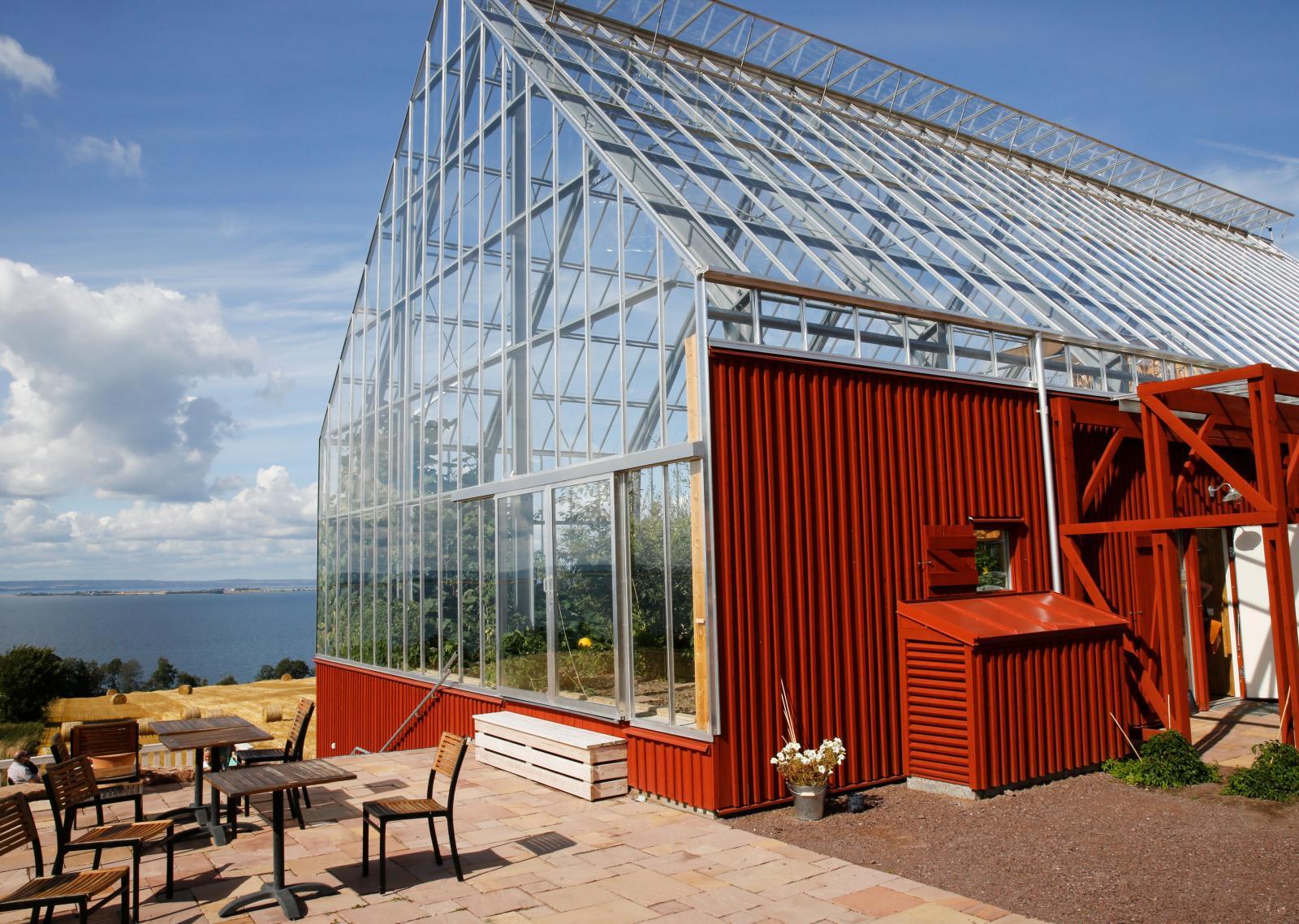 Uppgrenna Naturhus ligger vackert på sluttningarna norr om Gränna och är en fin mix mellan ett växthus och en klassisk träkåk.