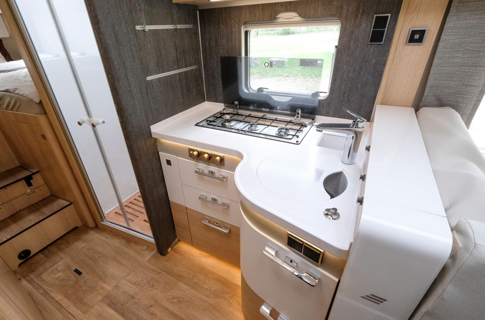 Köket har tre gasbrännare på rad. Finns variant med elplatta som tillval.