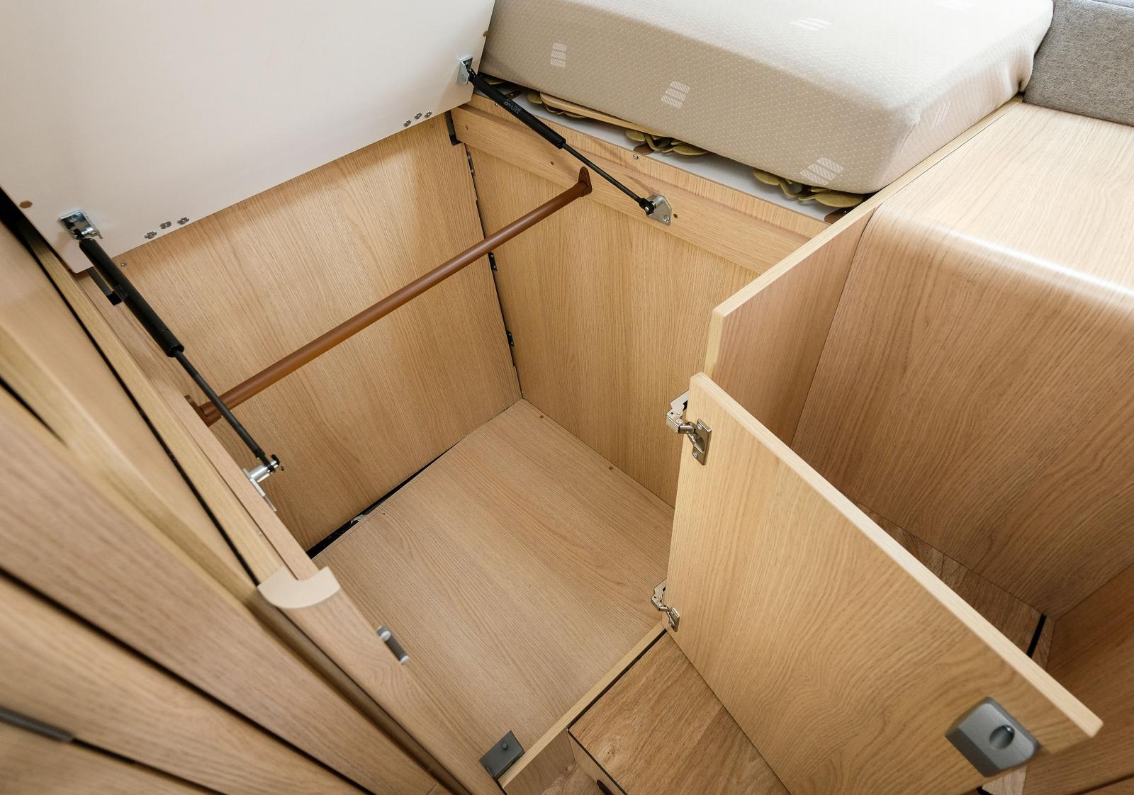 Under sängen finns klädförvaring och sängbotten kan lyftas för bättre åtkomlighet. Nu saknar vi delbara sängkläder och lakan...