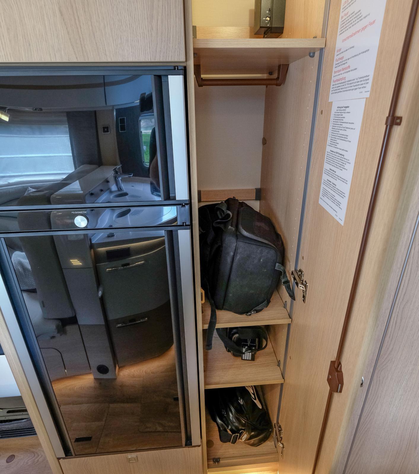 Garderoben på fel sida om toadörr. Tillvalet utdragsskåp är bättre.