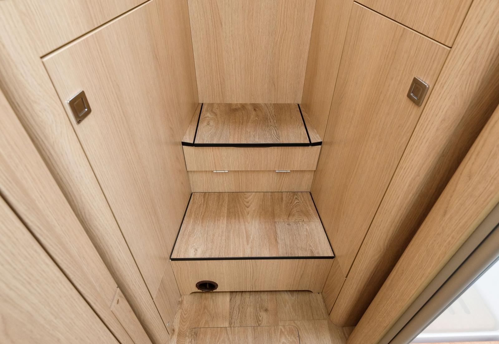 Skarpögda kan se gångjärnet på översta trappsteget. Där döljer sig en trappförlängning när sängen är hopbäddad. Smart grej!