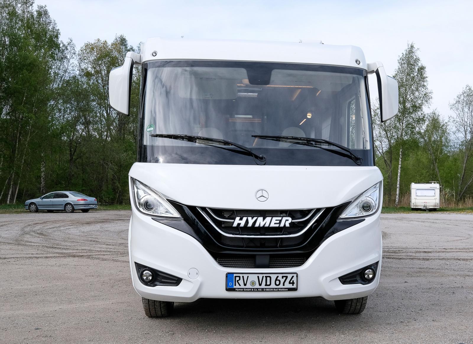 Designen med de aningens utåtstående huvudstrålkastarna är gjord av en tysk designbyrå som ofta anlitas till husbilar.