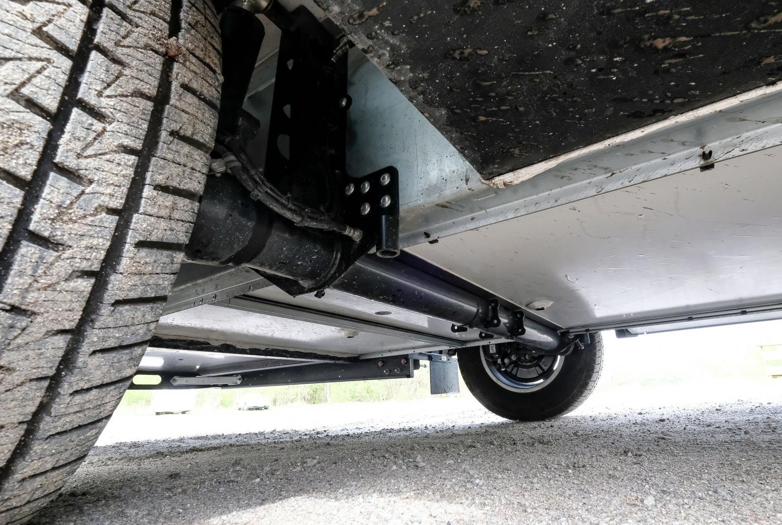 SLC-chassit ger en planare undersida som i sin tur betyder mindre luftmotstånd.