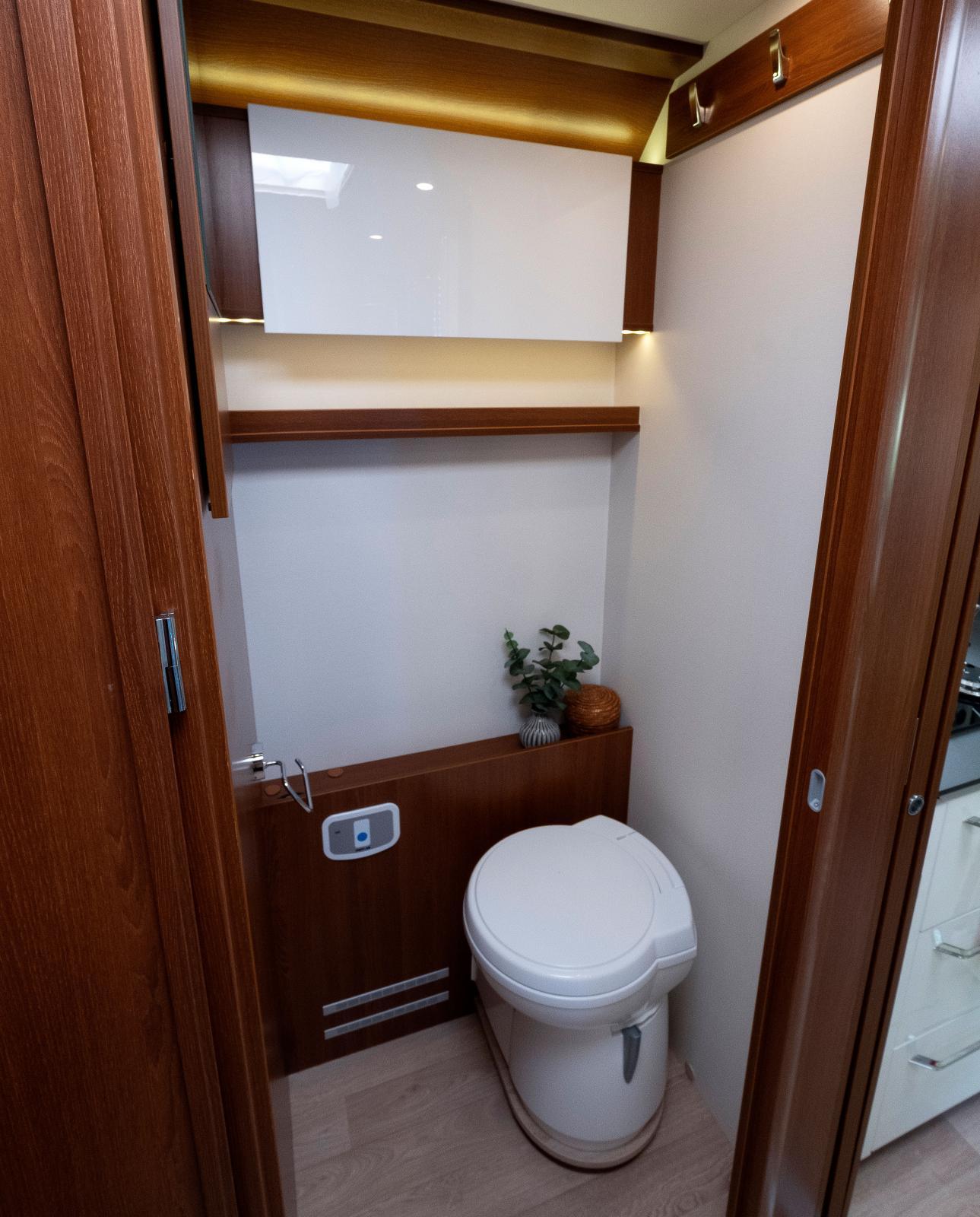 """Toaletten finns på bilens vänstra sida, inte """"markis-sidan""""."""