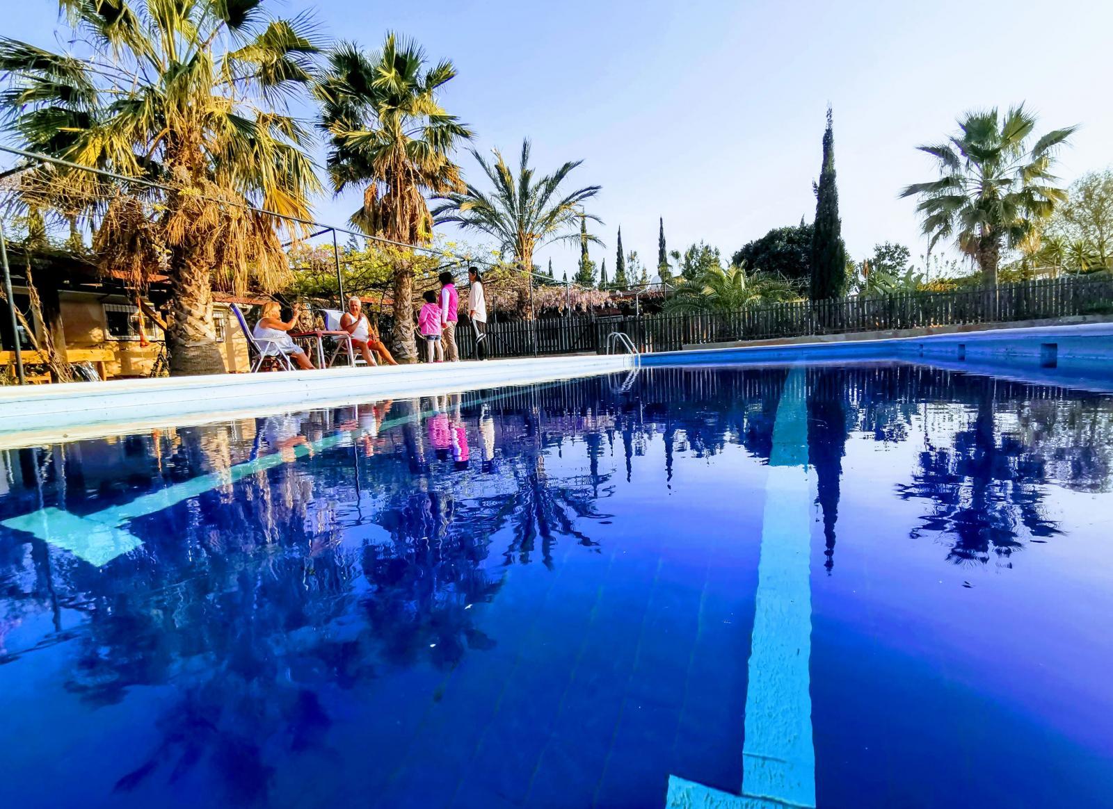 Swimmingpool för svalkande dopp och simträning ingår.