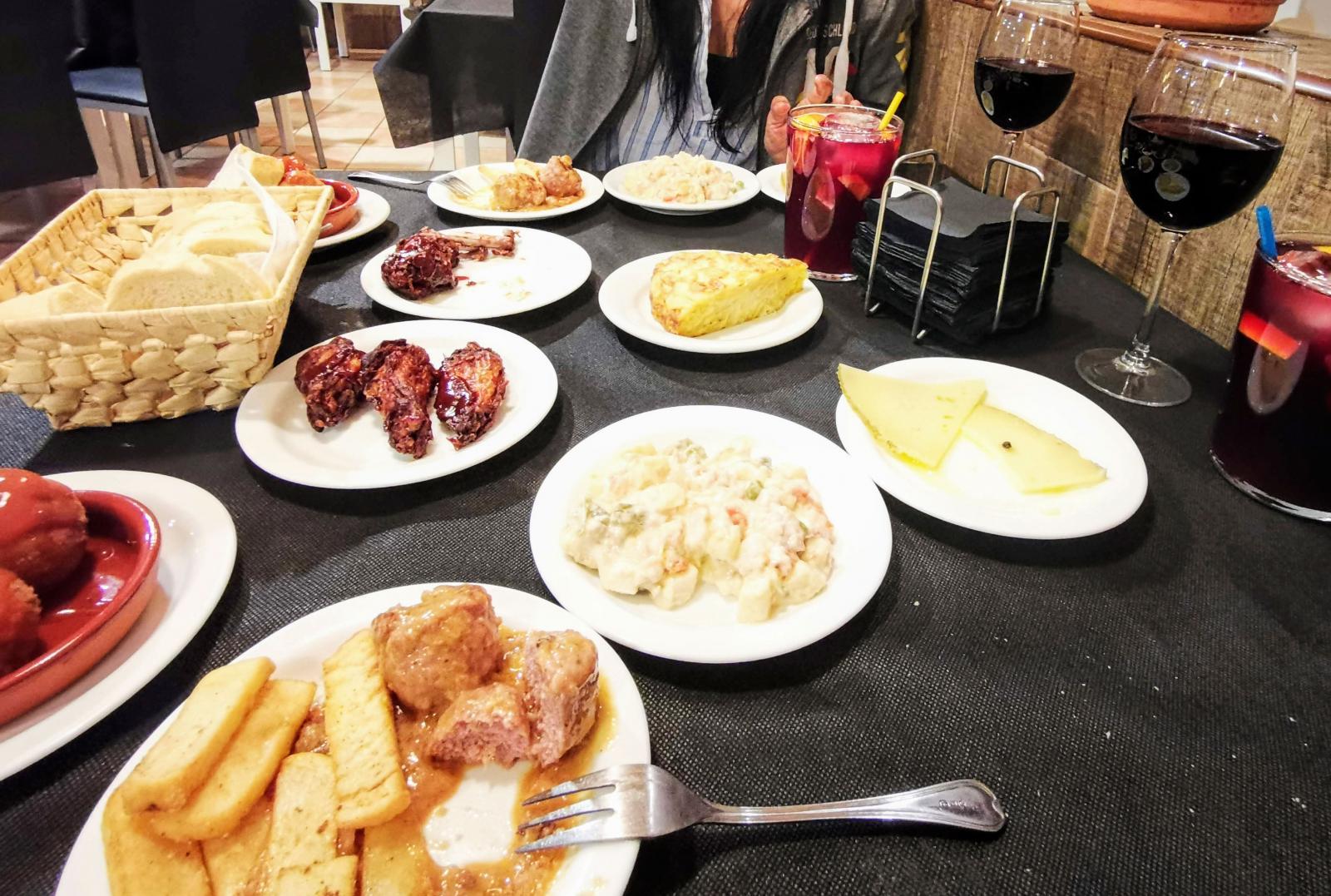 Tapas och sangria i baren på Resort Indalo.