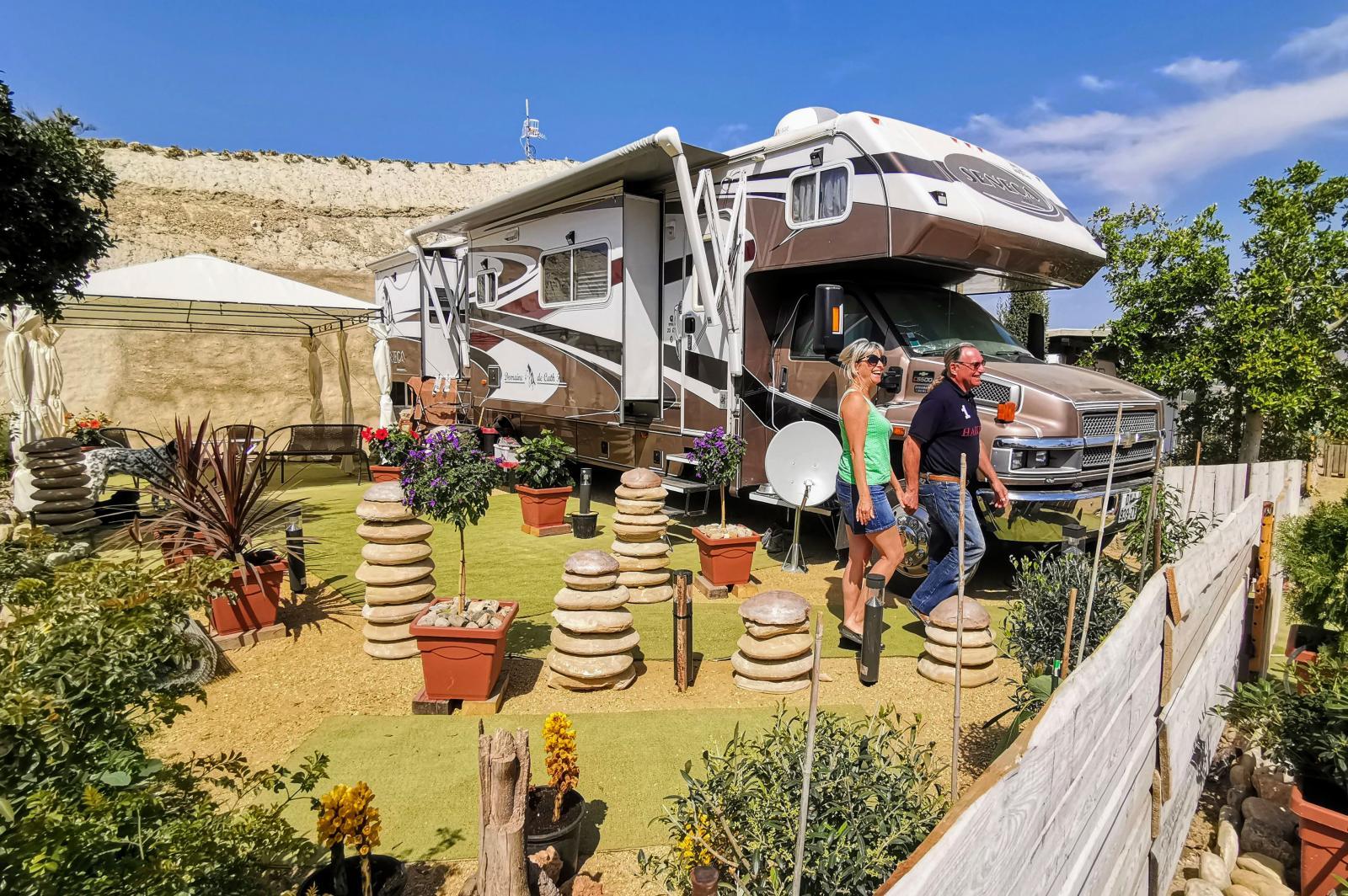 Långtidsplats i dubbel storlek utan tillägg. När man inte bor där kostar platsen 50 euro per månad = billig uppställning! Både husbilar och husvagnar är välkomna.