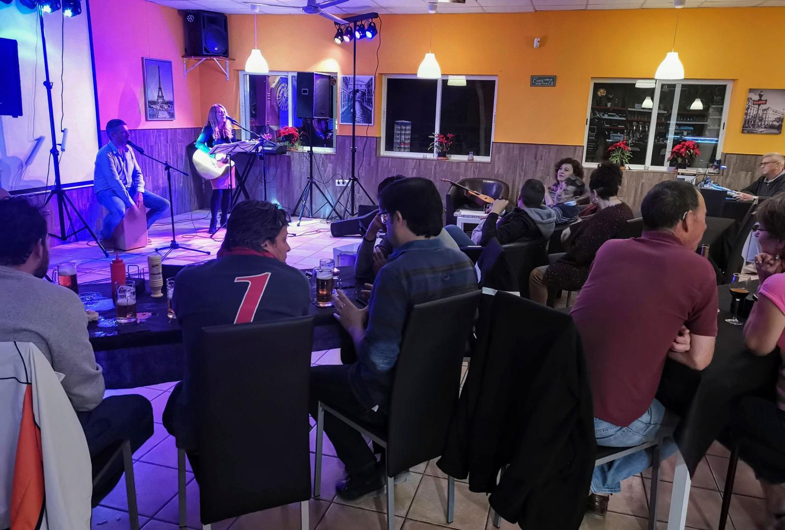 """Torsdagar är det """"open mic night"""" och trubadurer underhåller. Populärt både bland campare och ortsbor."""