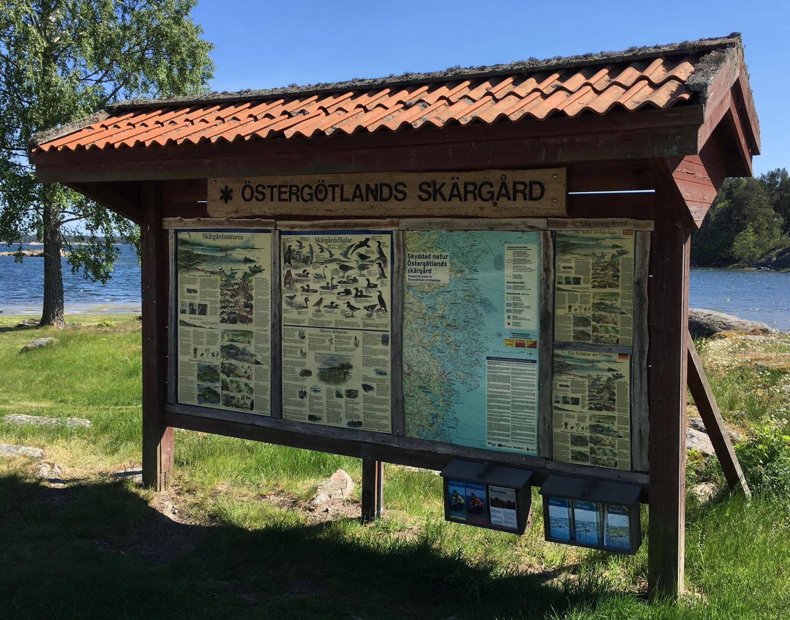 Trevlig informationstavla om skärgårdens flora  och fauna.
