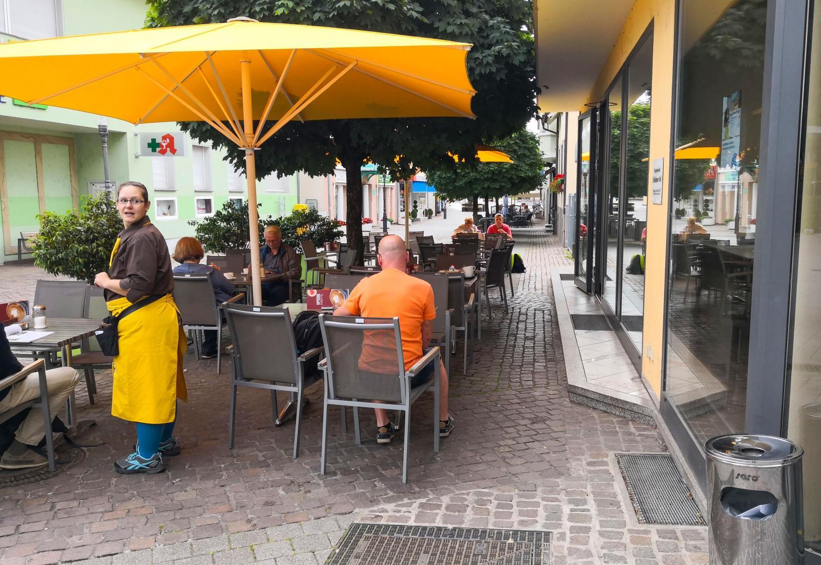 Ännu ett av många kafébesök under vår resa. Här i centrala BadKrozingen.