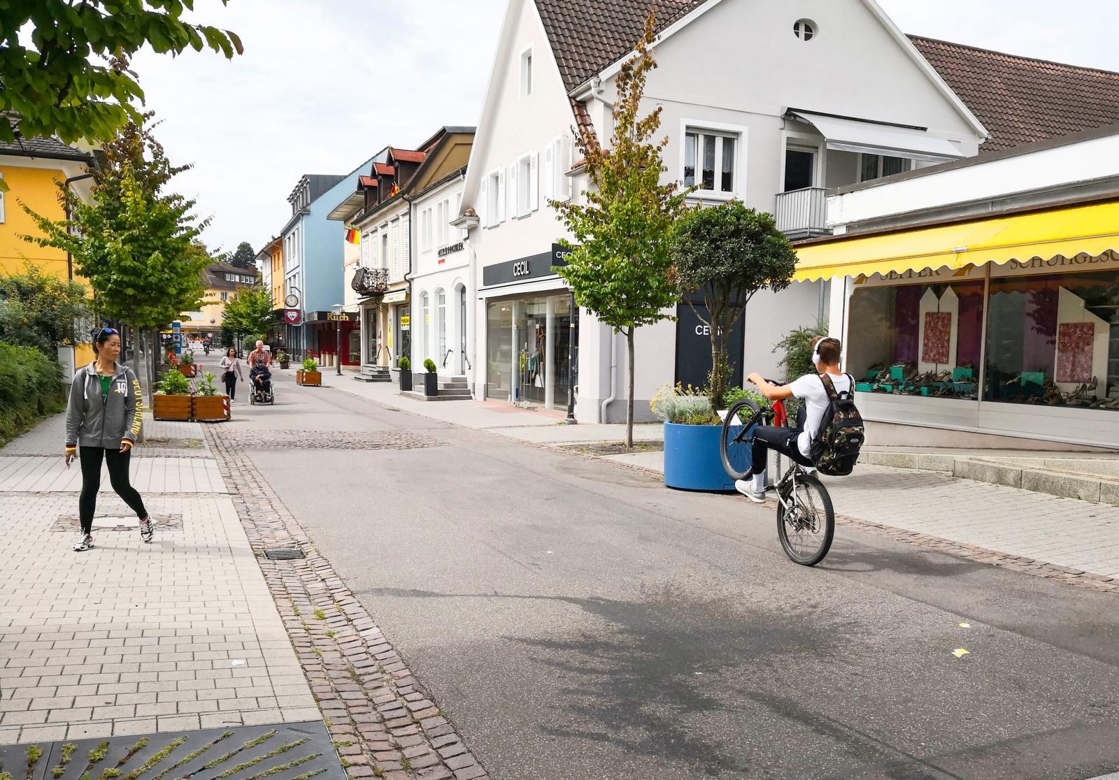 Lokal cykelvirtuos visar sina bakhjulskonster på väg till skolan i BadKrozingen.