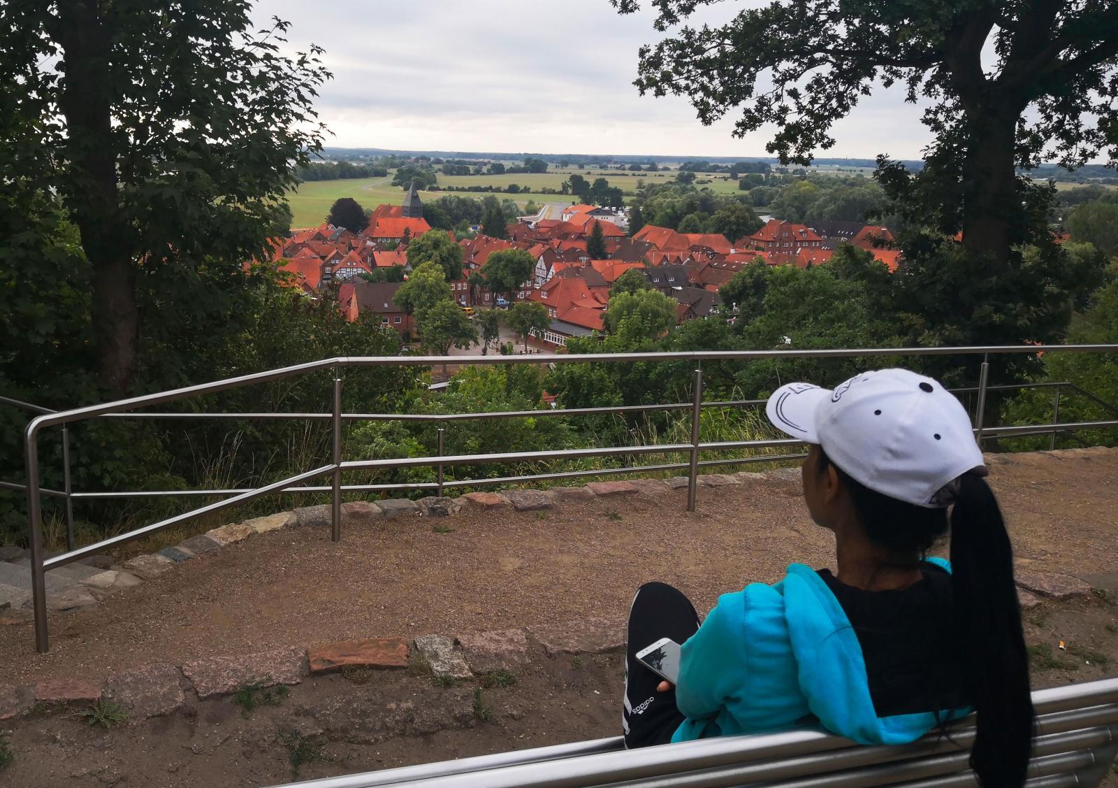 Från utsiktsplatsen ser vi ut över det som förr var gränsland mellan öst och väst. På fältet gick en gång gränsen.