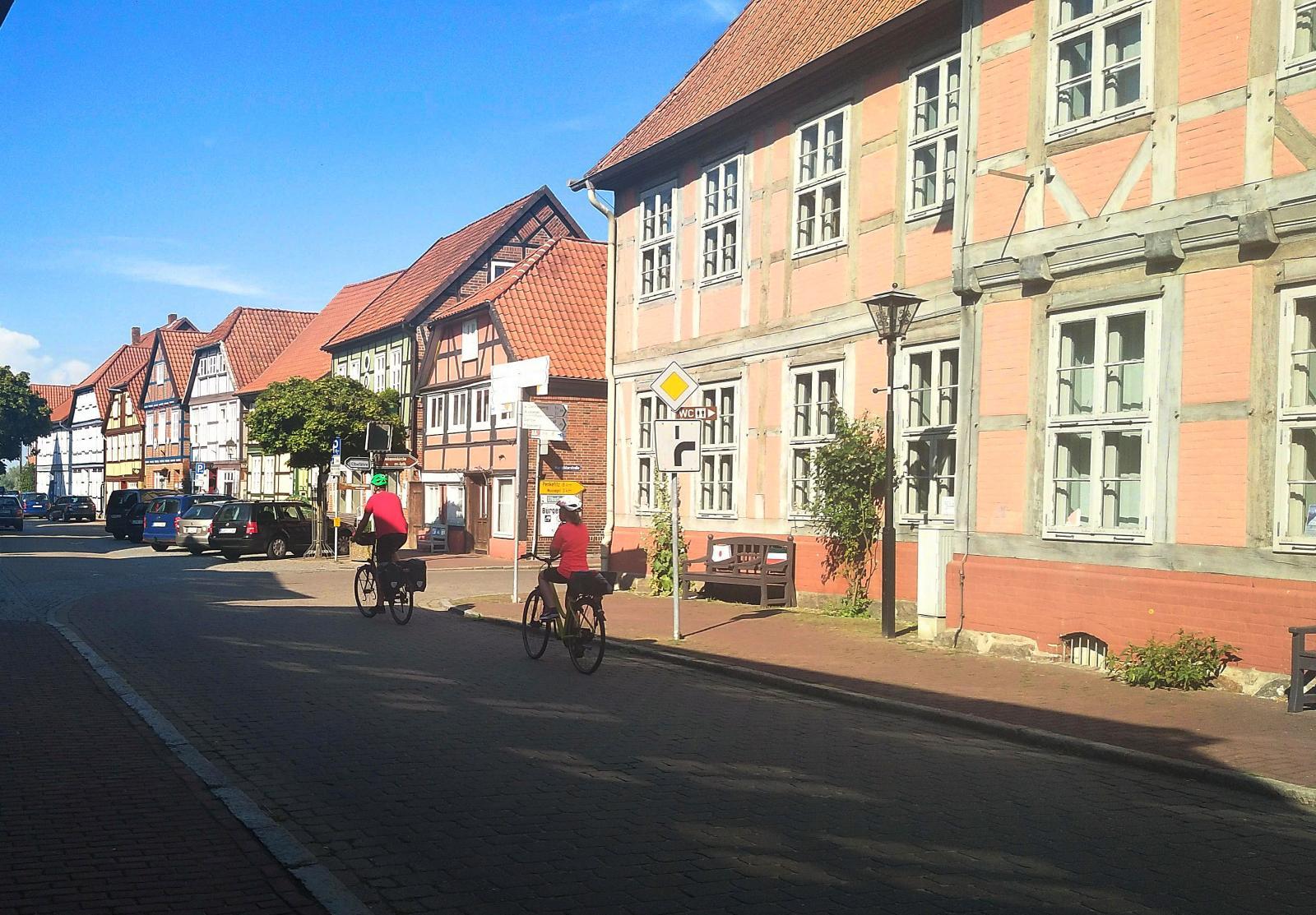 Det går utmärkt att promenera överallt i staden och om du har cykel är det än lättare. Lidl ligger också nära ställplatsen.