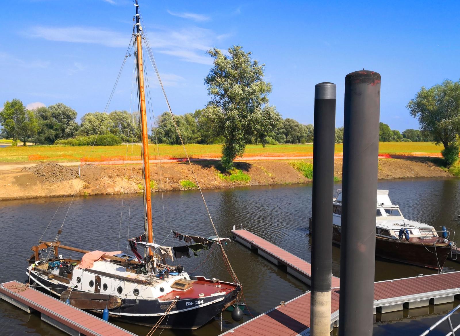 Höga bryggstolpar behövs när flodens vattenstånd skiftar.