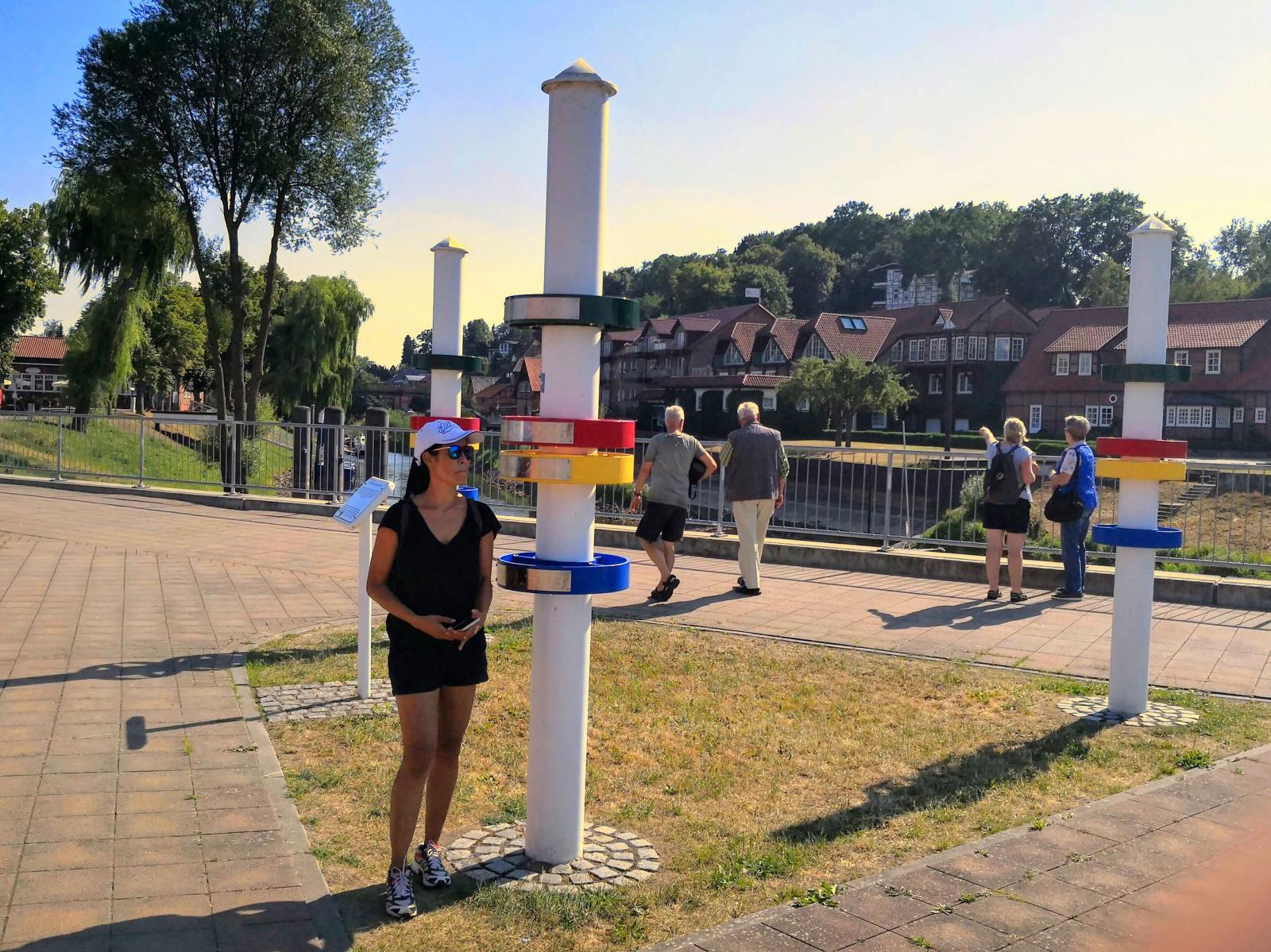 Rekorden i vattenstånd markeras på skyltar. Vid vårt besök syns knappt vattnet i bakgrunden.