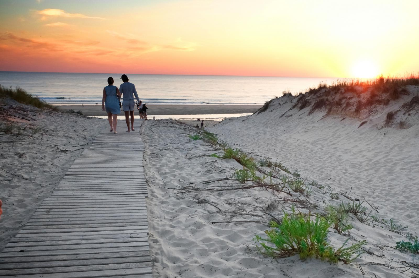 Framåt kvällen rekommenderas en tur ner till stranden för att se solen gå ned.