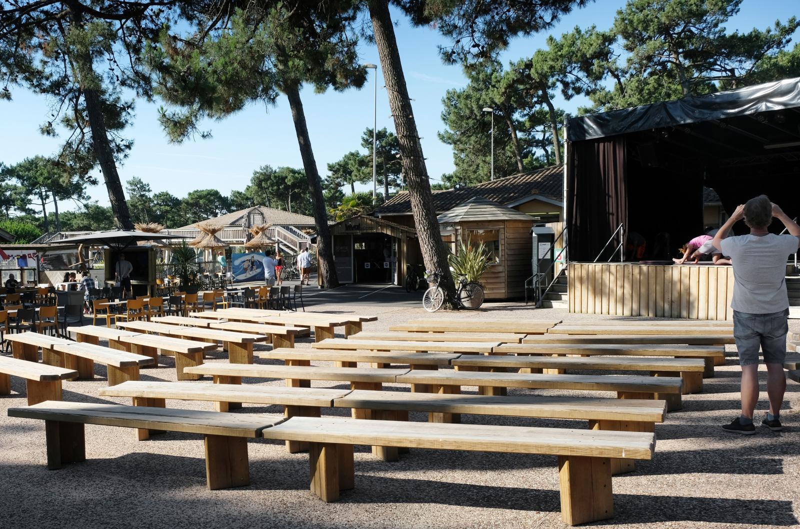 På campingområdet finns en scen och runt den ligger alla restauranger. Vid vårt besök utövades morgonyoga vid scenen.
