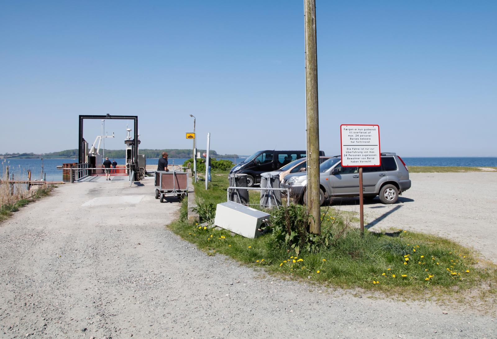 Vid färjeläget på fastlandet får din husbil (eller husvagn) stå parkerad medan du befinner dig på Barsø.