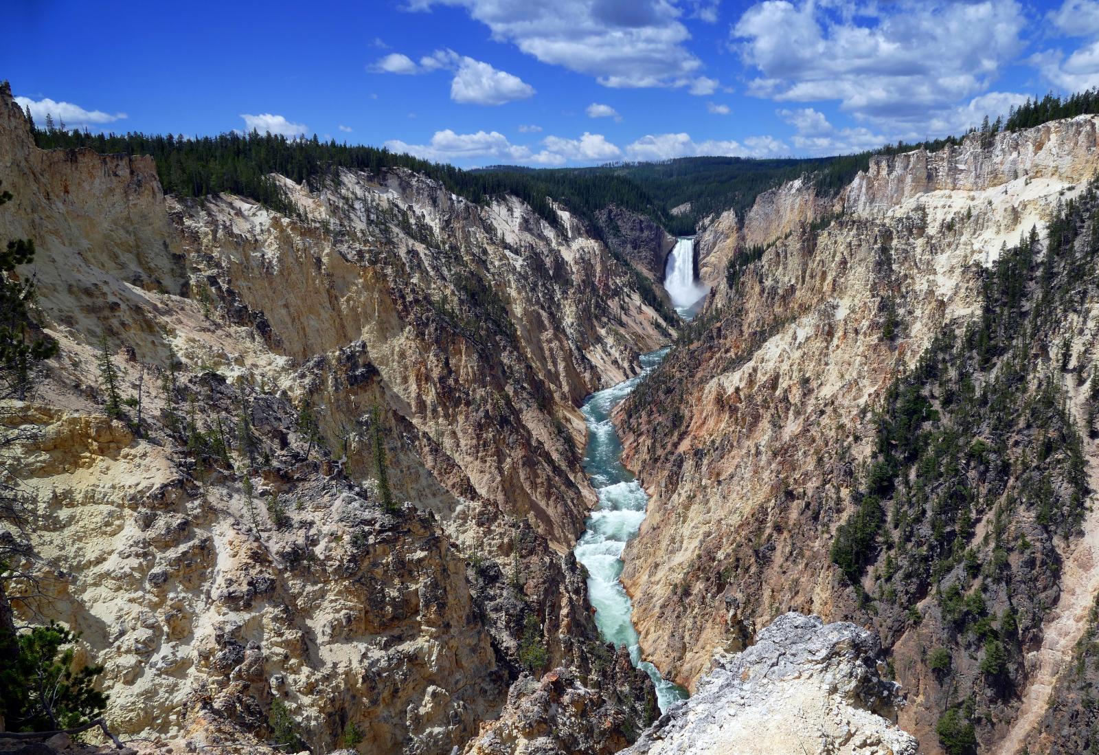 ...Nationalparken Yellowstone är ett annat måste längs vägen.