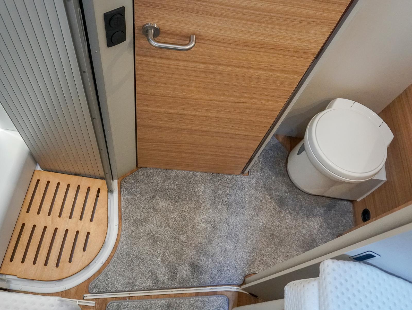 Toalettutrymmet kan skärmas av framåt med toadörren och mot sovrummet med en skjutdörr.