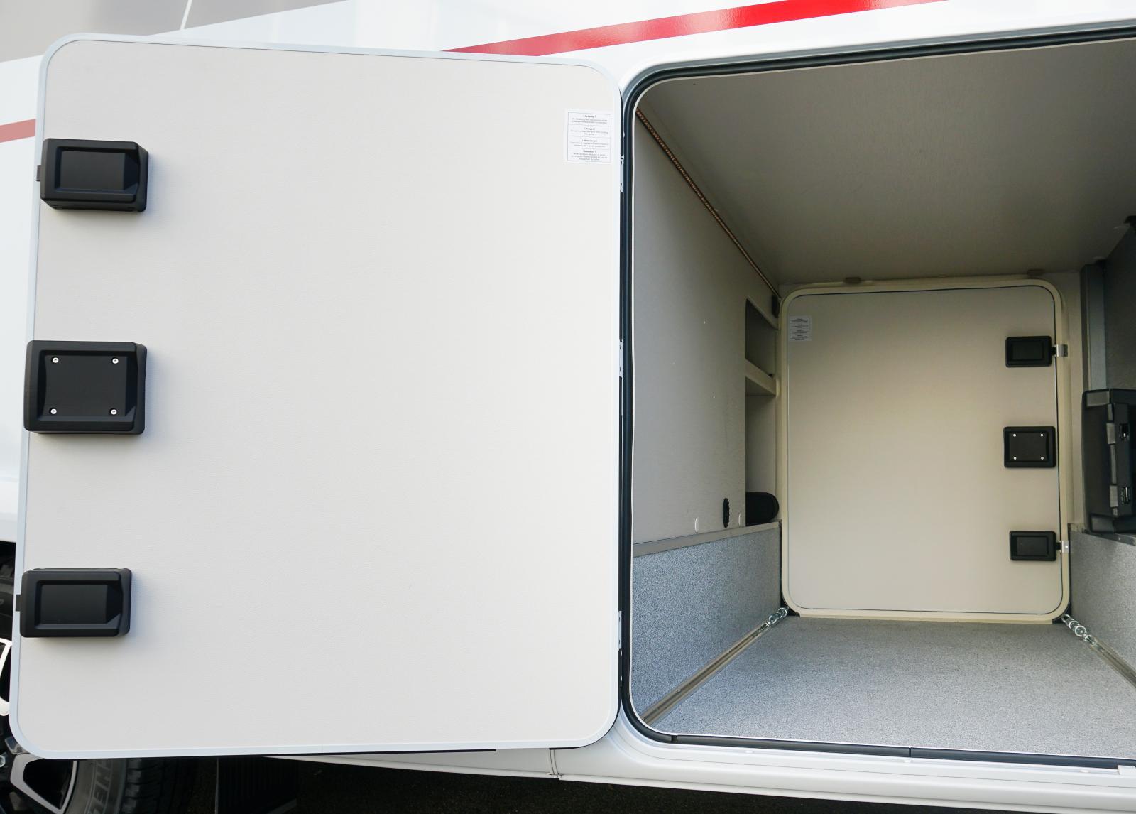 Ett bra garage med dubbla luckor och där lucklåsen har enhandsfattning. Lastöglor och belysning är också plus!