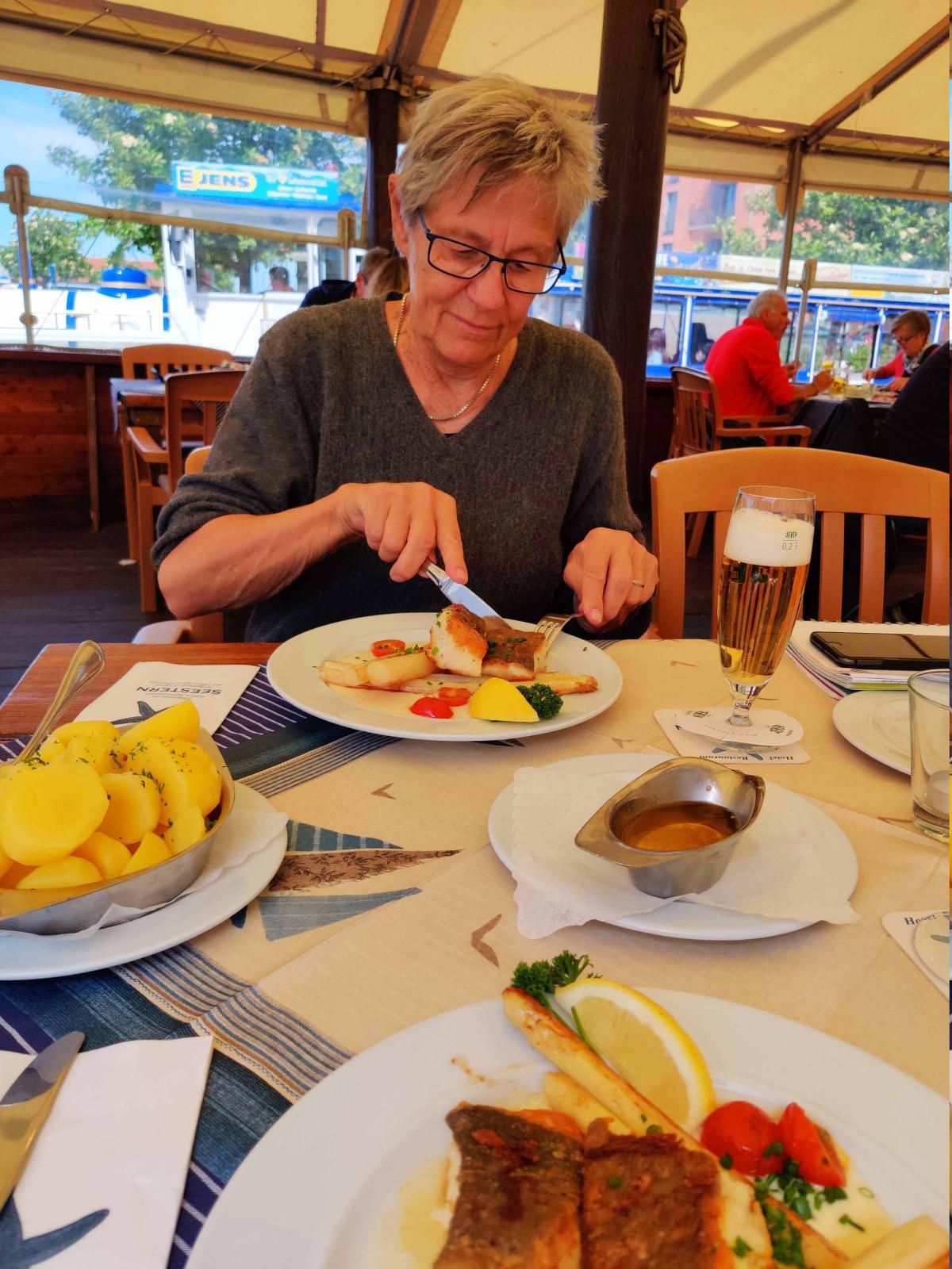 En ljuvlig fisklunch på favoritkrogen i Heiligenhafen skapar en känsla av att allt är som vanligt igen.