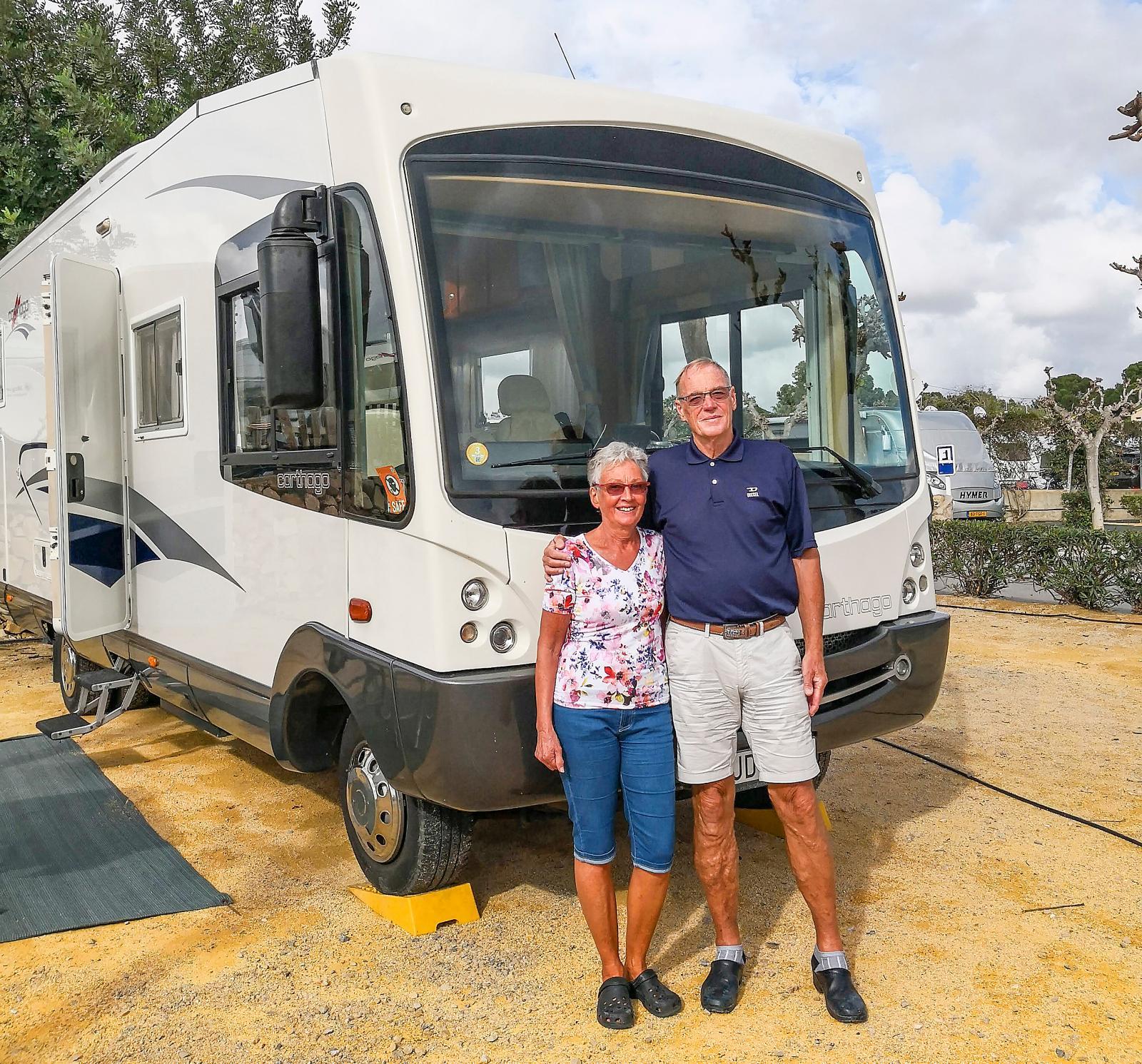 Inger och Ulf Abrahamsson från Mölnlycke bredvid sin Carthago M-Liner 62 på Camping Villasol i Benidorm. Inger är sekreterare och Ulf är ordförande i Carthago Club Sweden.