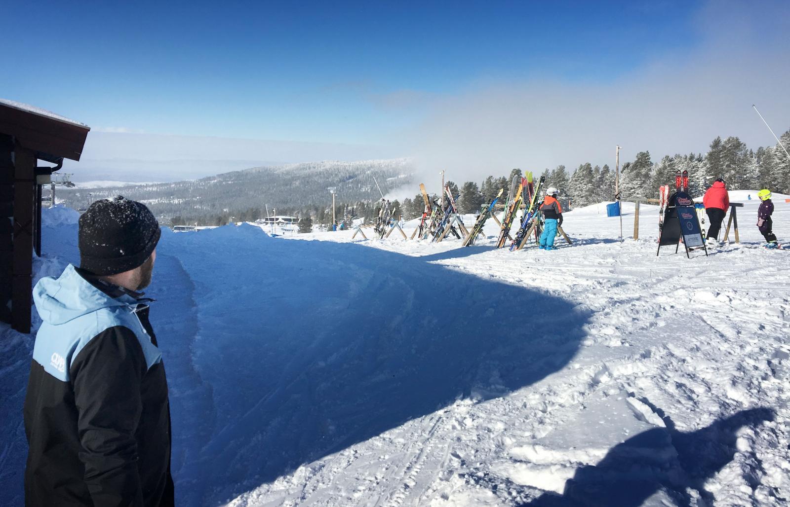 Fullt med skidor utanför restaurang Charlies. Populärt både kring lunchtid och after-ski.