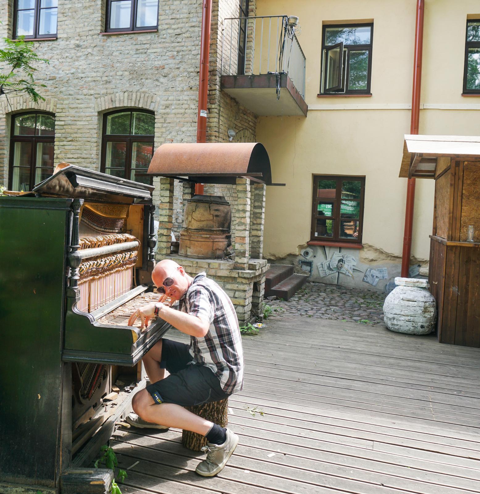 Skribenten spelar på ett av Uzupios övergivna pianon. Det fungerade!
