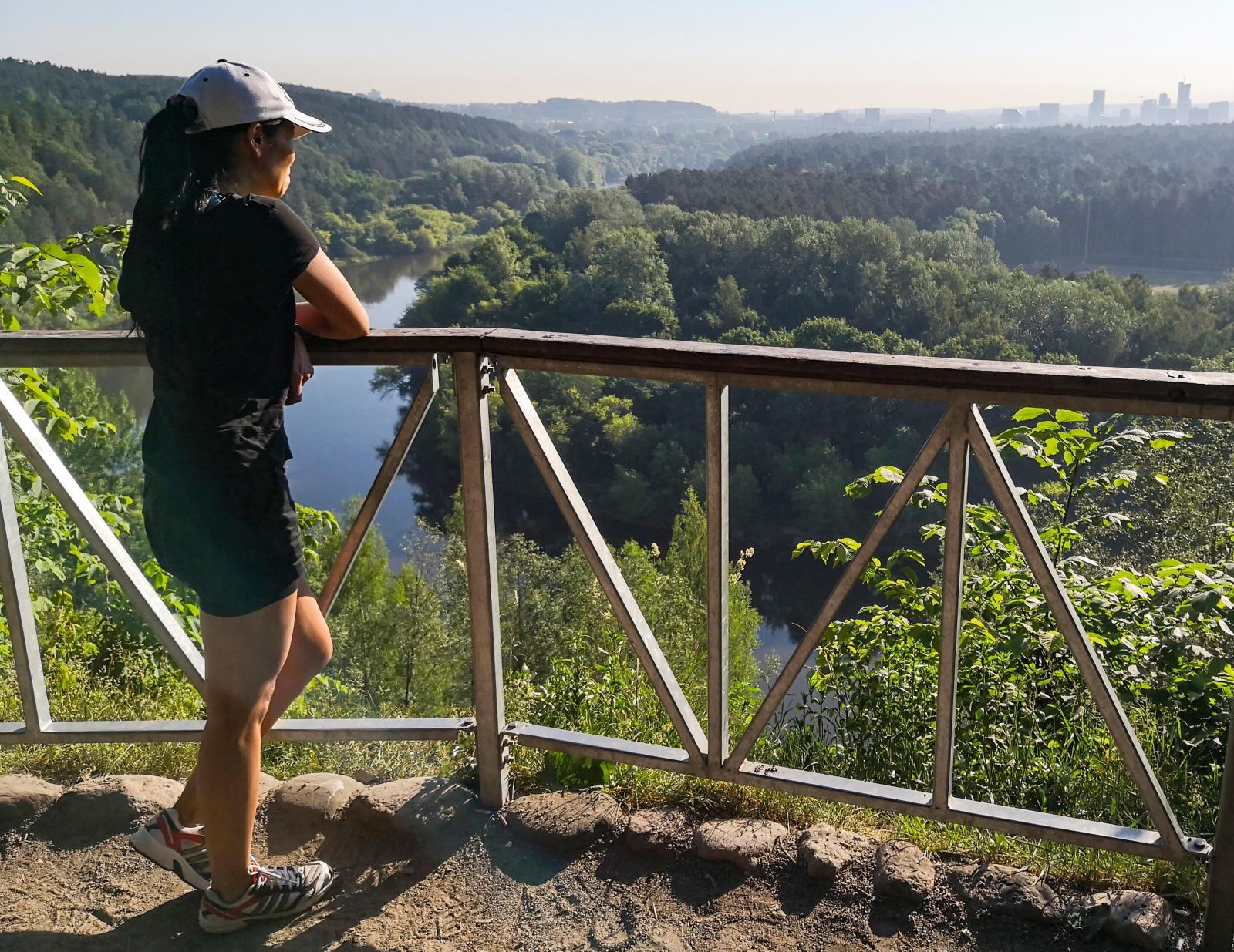 En kort promenad från campingen hittade vi denna utsikt över floden och staden i horisonten.