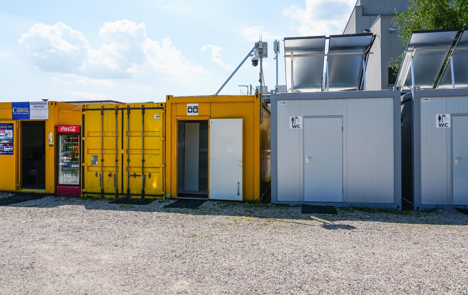 Servicehusen består av ombyggda containers. De är enkla att försegla vintertid när campingen har stängt.