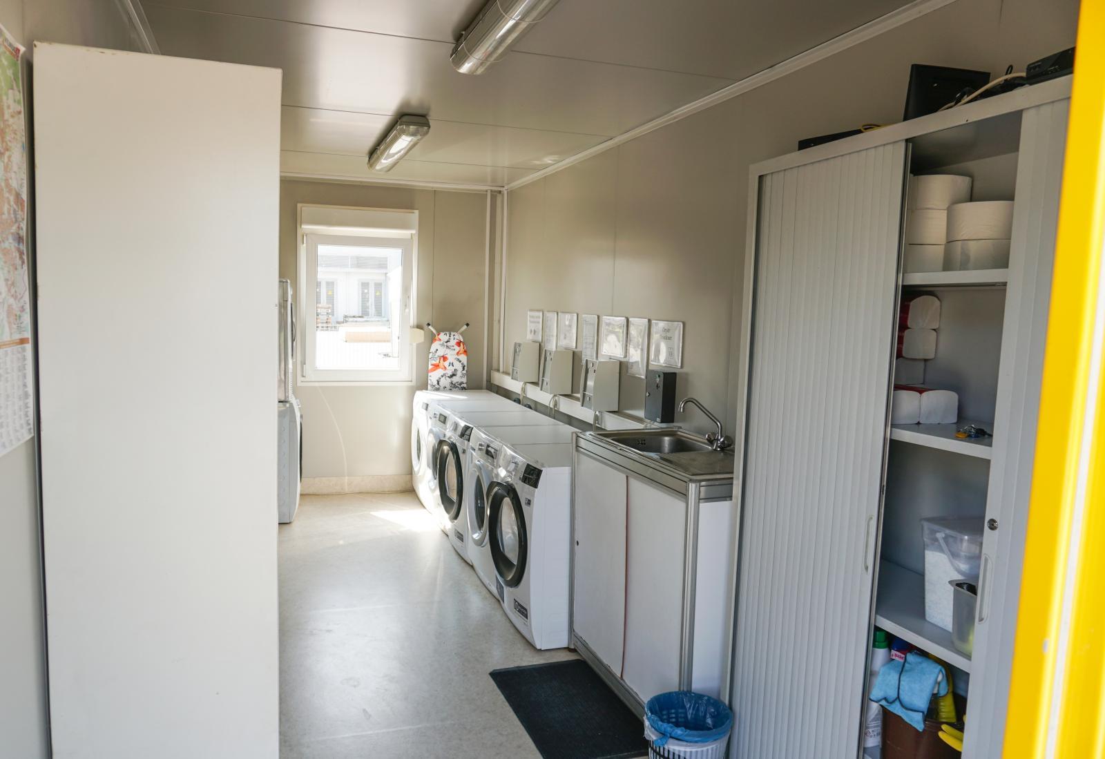 Moderna tvättmaskiner och torktumlare mot avgift. Kök och tv-rum finns.