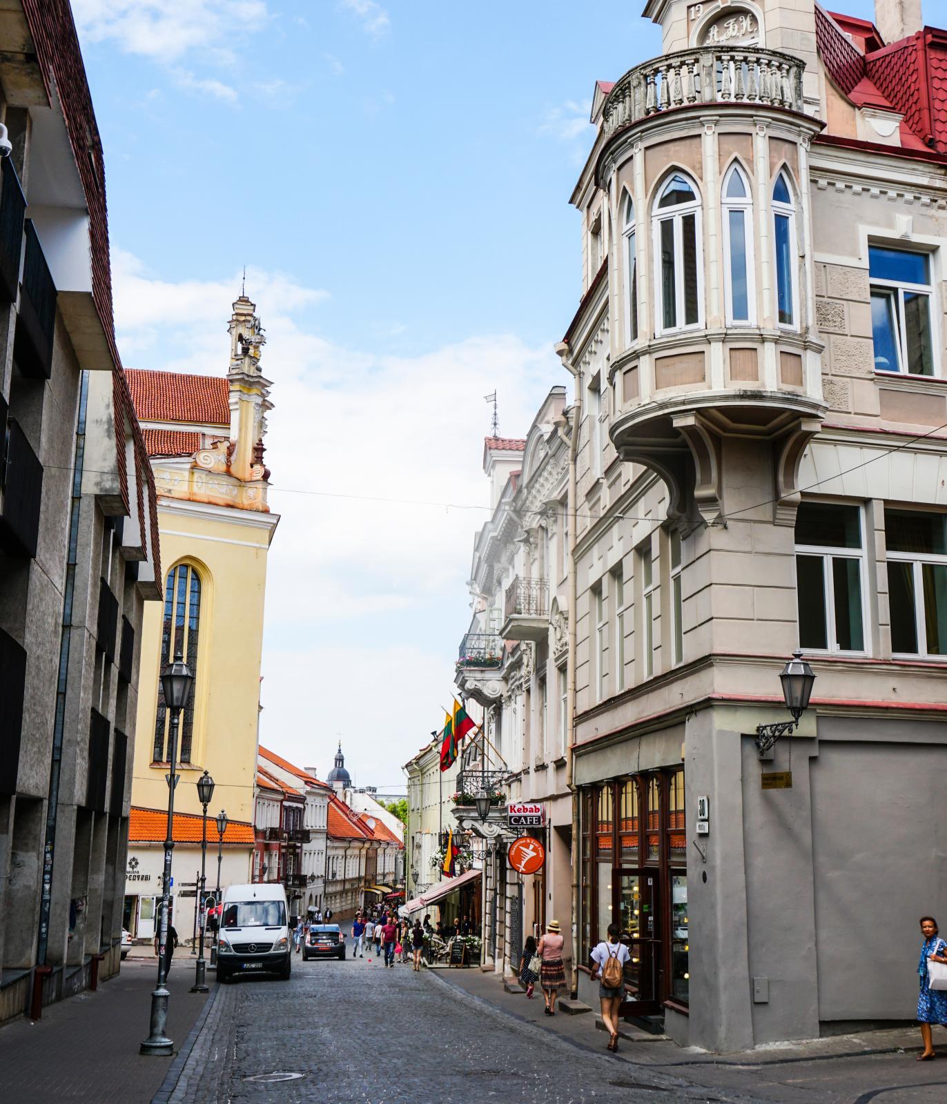 Gamla stan i Vilnius är härlig att upptäcka till fots med mängder av glest trafikerade smågator. Inte mindre än 70 gator och 1500 byggnader att inspektera.