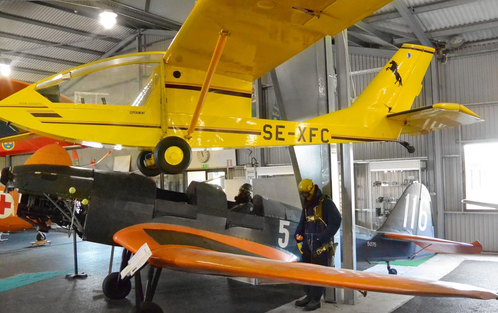 Invid vissa av flygplanen ses piloter i tidsenlig utstyrsel.