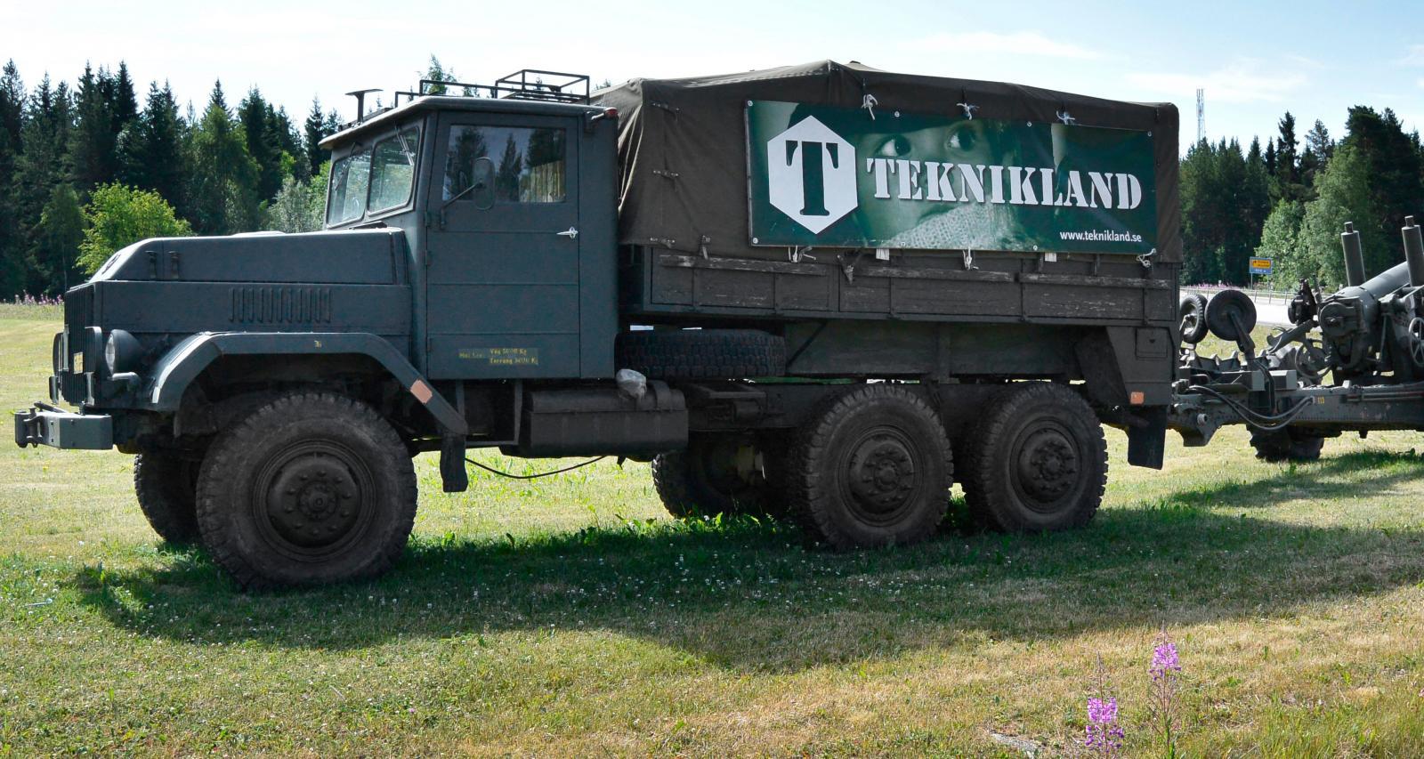 En militärlastbil med infanterikanonvagn hälsar besökarna välkomna.