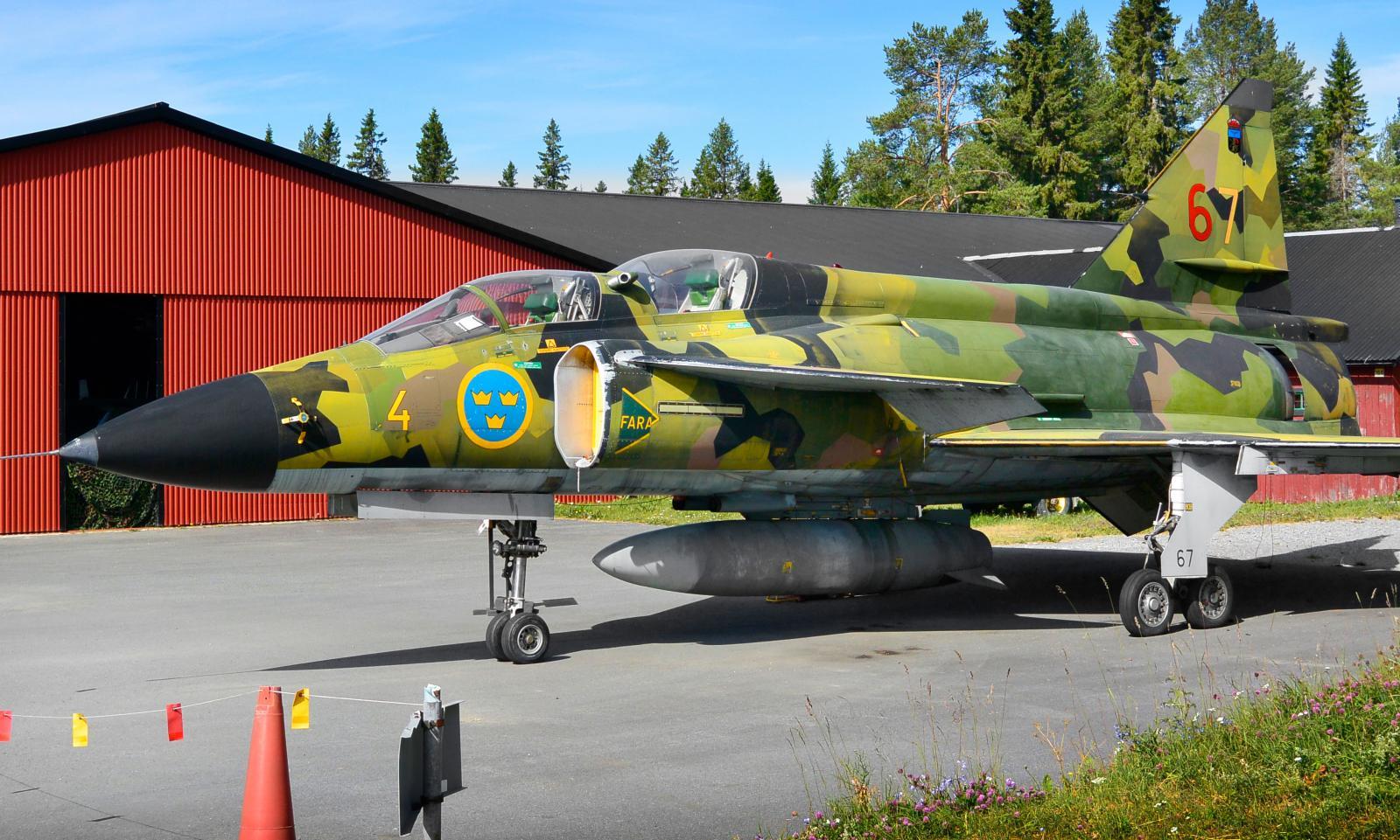På gården står ett antal mäktiga militärflygplan parkerade. Många fler finns att beskåda i byggnaden Flyg & Lotta.