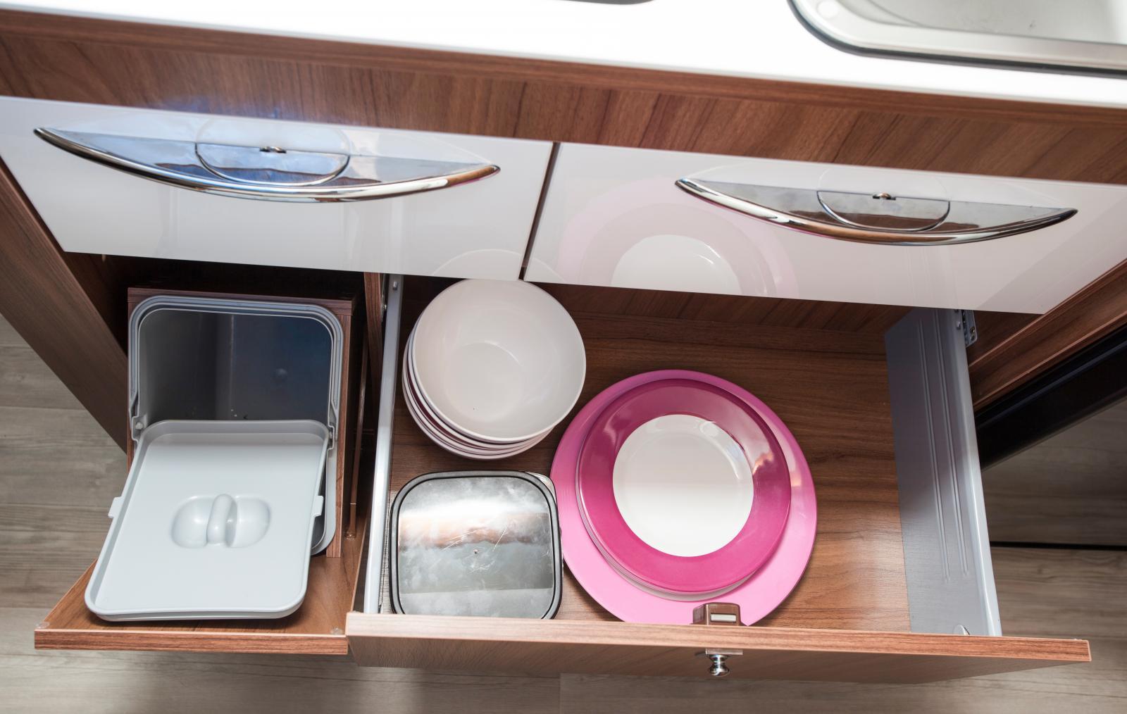 Undre kökslådan innehåller en integrerad sophink.