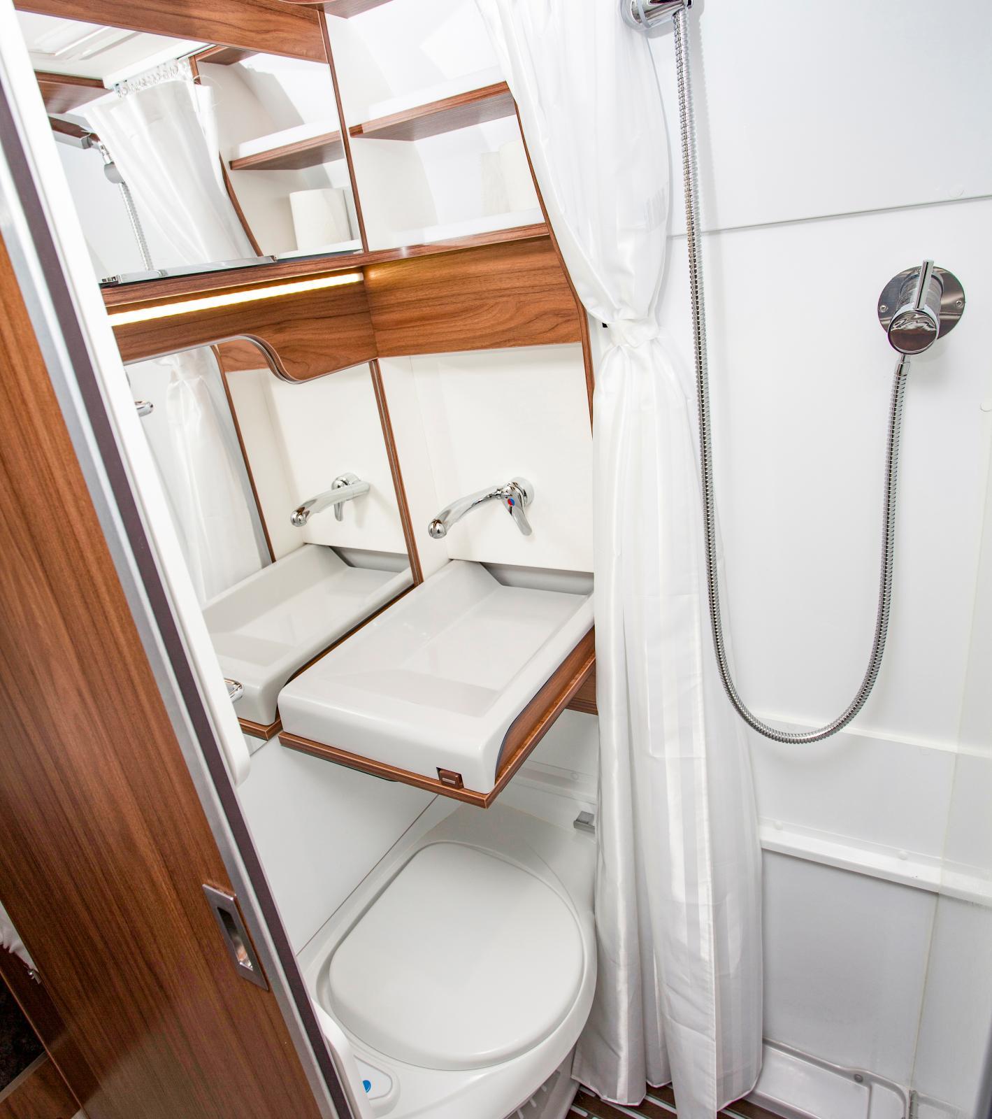 Det lilla badrummet i sin helhet, med handfatet utfällt.