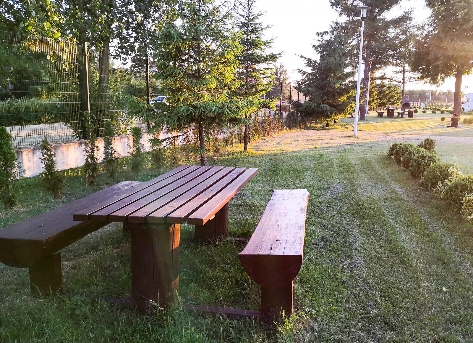 Det finns ett par bastanta picknicbord på campingen.