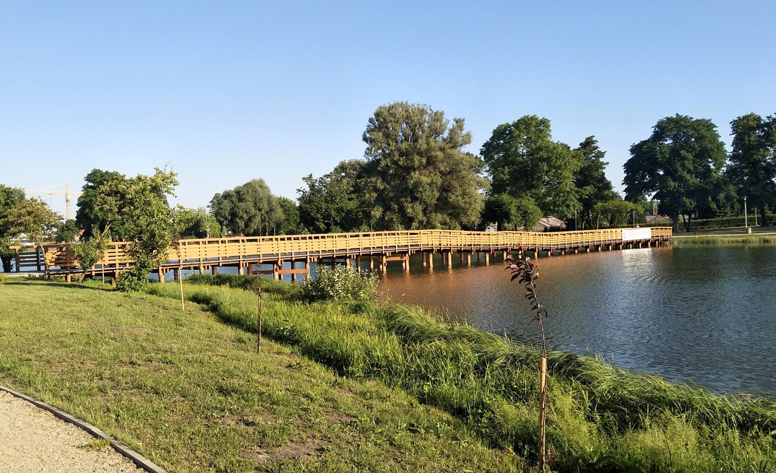Den konstgjorda sjön Arkadia har till och med en liten ö som nås med denna gångbro.