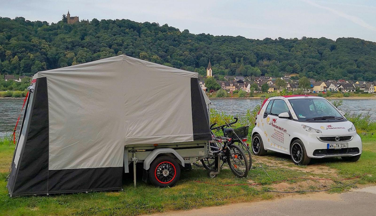 Lite mer blygsamt campingekipage med en minimal Smart som dragbil och en ännu smartare tältvagn.