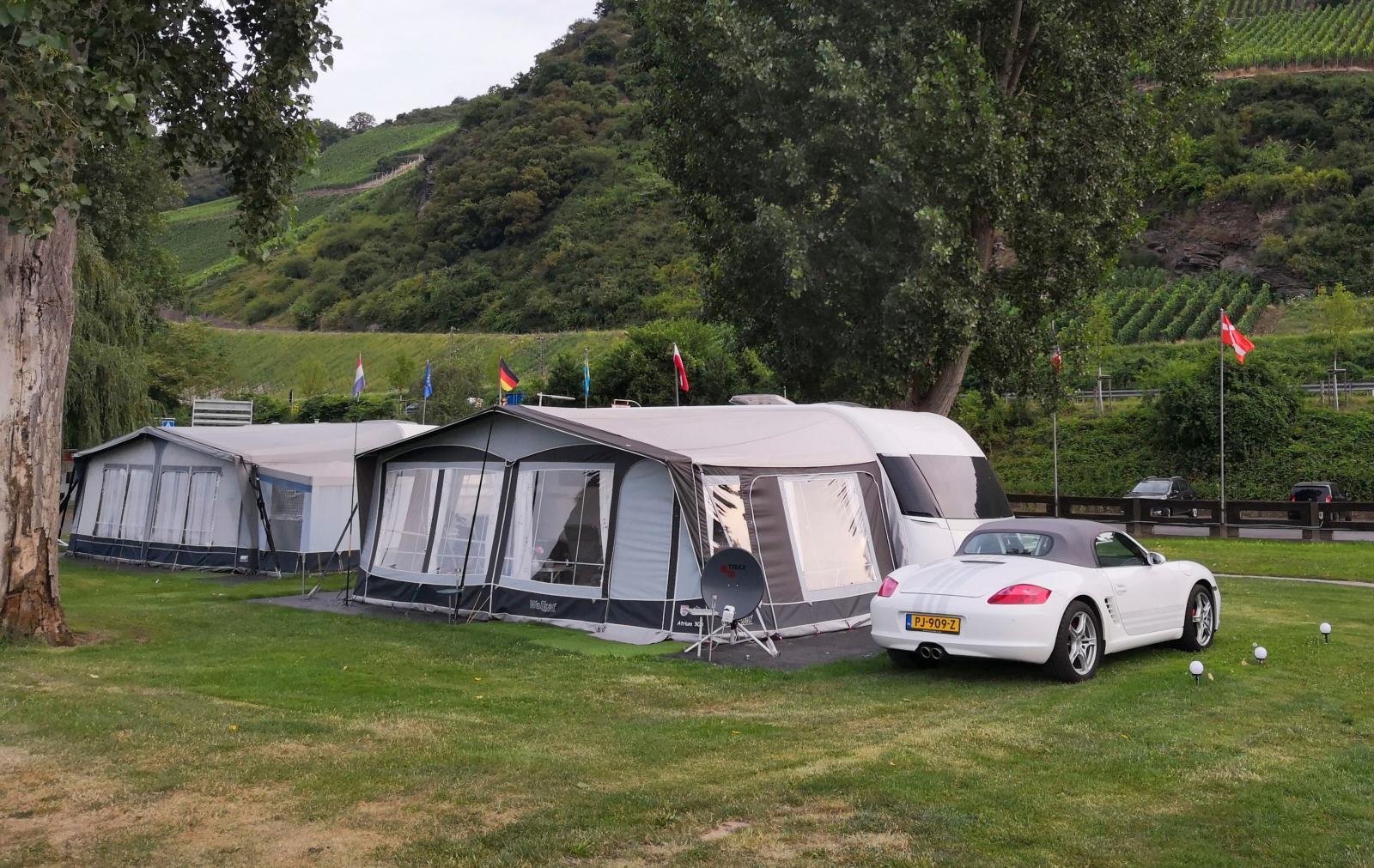 Campinglyx med Hobby Premiumvagn och en matchande vit Porsche Cabriolet.