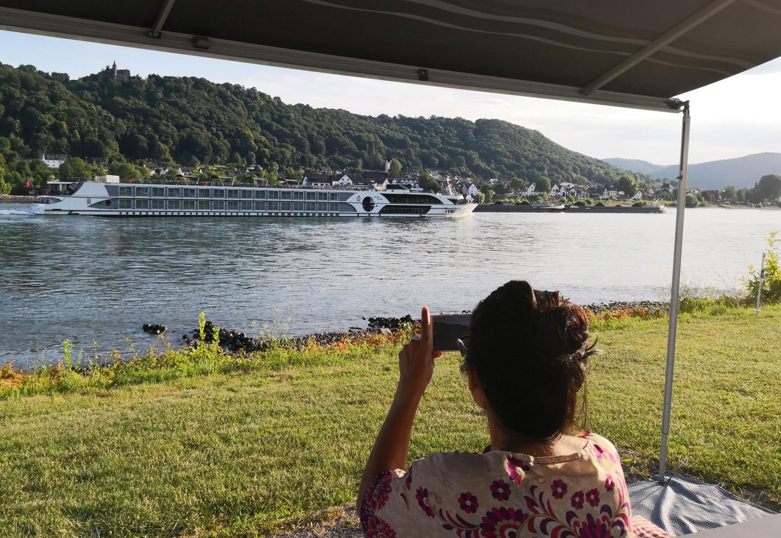 Flodens lyxkryssare med hundratals passagerare med egna balkonger. Ibland tittar de med kikare på campinggästerna som tittar tillbaka med sina kikare.
