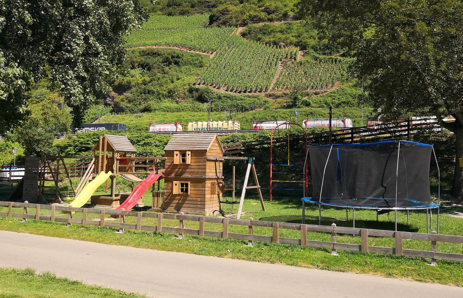 Det finns flera lekparker för både stora och små barn. Längre bak skymtar vinodlingarna där det finns vandringsstigar.