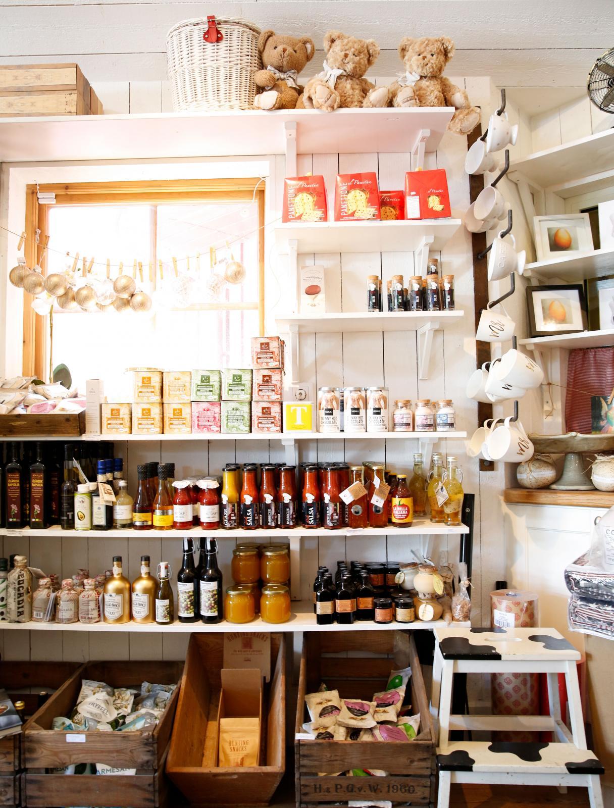 I gårdsbutiken säljs en lång rad mathantverk från producenter i grannskapet. Dessutom kan man köpa hantverk, te, oljor och dryck.