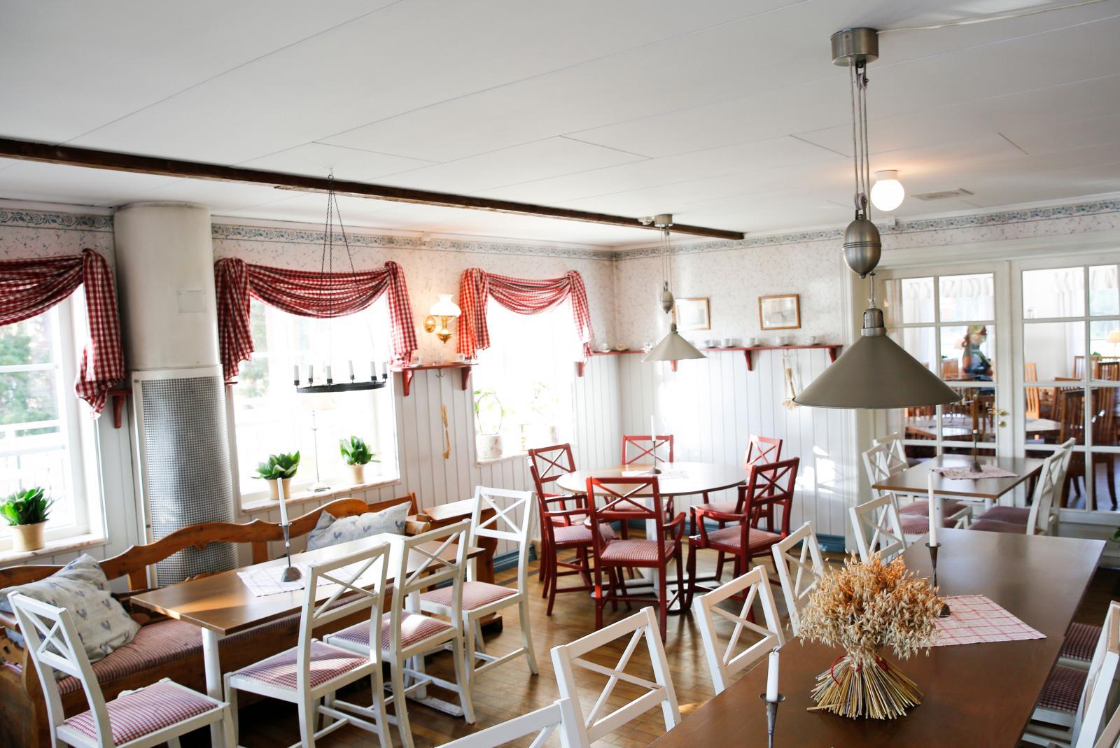 Totalt finns det plats till lite drygt 120 sittande gäster inomhus och lika många utomhus.